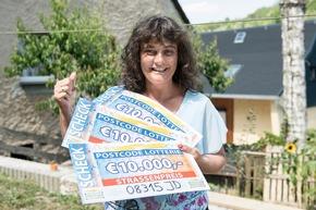 Strahlende Gewinnerin: Antje aus Lauter-Bernsbach freut sich über 30.000 Euro. Foto: Postcode Lotterie/Marco Urban