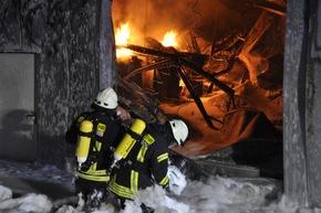 FW-KLE: Zweitmeldung: Brand eines kunststoffverarbeitenden Betriebs im Gewerbegebiet Bedburg-Hau