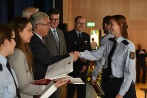 Endlich geschafft. Gerne nehmen die Absolventinnen und Absolventen der Hochschule der Polizei ihre Urkunden von Staatsminister Lewentz entgegen.