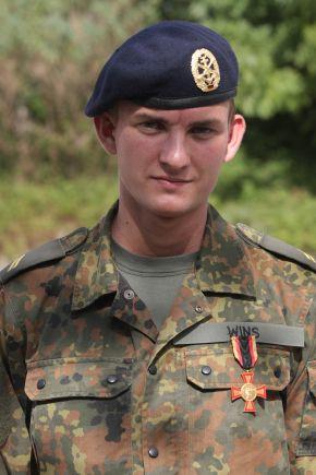 Obergefreiter Roman Wins nach der Verleihung des Ehrenkreuzes der Bundeswehr in Gold. Foto: Ann-Kathrin Fischer, Deutsche Marine.
