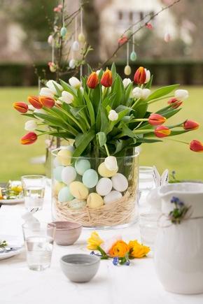 Bunter Tulpenstrauß mit dekorierten Ostereiern. Foto: ©Fleurop AG