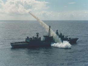 """Permanentes Üben und Trainieren ermöglicht den hohen Ausbildungsstand der Besatzung (hier: Verschuss des Seezielflugkörpers """"Harpoon""""). Foto: Deutsche Marine"""