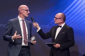 Timotheus Höttges, Vorstandsvorsitzender Deutsche Telekom AG (Deutschlands nachhaltigstes Großunternehmen) im Gespräch mit DNP-Initiator Stefan Schulze-Hausmann entgegen. Foto: Ralf Rühmeier