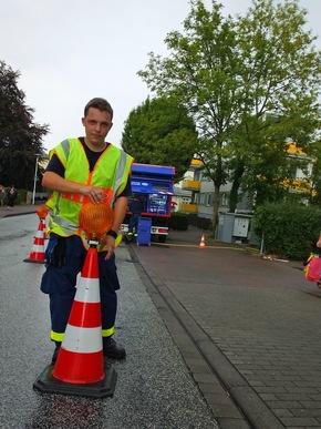 Der Ortsverband Bad Segeberg sichert die Straße an der Einspeisungsstelle ab.