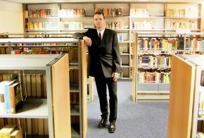 Herr Hauke Schröder, Bibliothekar, in der neuen Bibliothek der Marineschule Mürwik. Foto: Alexander Gatzsche, Deutsche Marine
