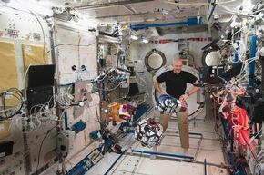 """Bildband """"166 Tage im All"""" gibt Ausblick auf die """"Horizons""""-Mission"""