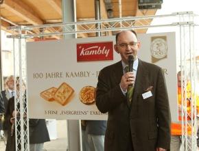Dr. Rudolf Stämpfli, VR-Präsident der BLS, bei der Einweihung des Kambly Zuges in Bern: Der Zug ist wie Kambly auch ein Stück Schweiz, das wir alle schätzen.