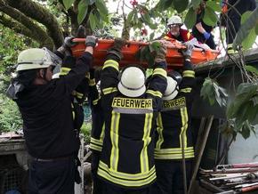 Im Schleifkorb wurde der Patient vom Dach gerettet.