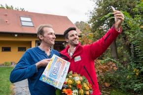 """Glückskind-Selfie: Fortuna ist Gewinner Maik (links) diesen Monat nun schon zum zweiten Mal hold. Foto: """"Postcode Lotterie/Marco Urban"""""""