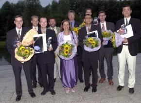 """Preisträger und deren Professoren des """" BMW Scientific Award 2001"""" am Donnerstag (12.07.01) in der Garchingen Universität. Diese Auszeichnung erhalten jährlich sechs Hochschulabsolventen aus der ganzen Welt für ihre herausragenden Abschlußarbeiten."""