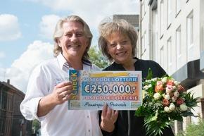 Von dem Gewinn wird das Paar die Hochzeit ihrer Tochter finanzieren. Foto: Postcode Lotterie/Wolfgang Wedel