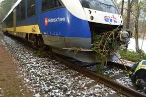 Baum unter Zug