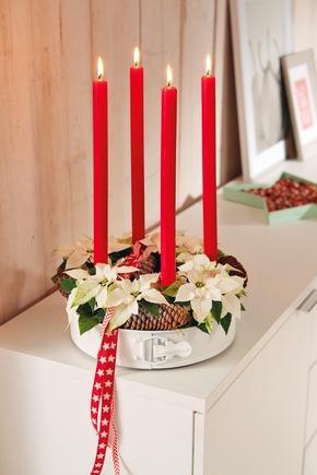 Adventskranz mit Backform: Upcycling liegt im Trend und kann klassischen Weihnachtsdekorationen einen modernen Look verleihen.