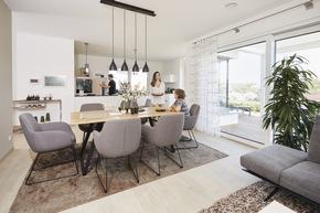 Der offen gestaltete Koch-, Wohn- und Essbereich lädt zum gemeinsamen Beisammensein ein. Zwei Erker sorgen für noch mehr Wohlfühlatmosphäre und Komfort.