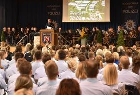 Friedel Durben, Direktor der Hochschule, verabschiedet den 10. Bachelorstudiengang.