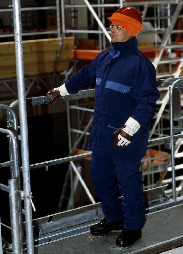"""Damit der Körper nicht auskühlt, soll die Kleidung Feuchtigkeit nach außen ableiten können. In geeigneter Wetterschutzkleidung sorgen beispielsweise moderne Mikrofasern, abgestimmt mit geeigneter Unterkleidung, für den Luft- und Wärmeaustausch zwischen Körper und Kleidung. Handschuhe müssen in erster Linie den Erfordernissen des Arbeitsplatzes entsprechen, wie zum Beispiel Chemikalienschutz-Handschuhe. Zusätzlich halten geflockte Innenflächen oder Bauwollhandschuhe zum Unterziehen warm. Bei den Sicherheitsschuhen sind die Nutzer an Vorgaben wie Zehenkappe und durchtrittssichere sowie auch bei vereisten oder gefrorenen Böden rutschfeste Sohlen gebunden. Die Verwendung dieses Bildes ist für redaktionelle Zwecke honorarfrei. Veröffentlichung bitte unter Quellenangabe: """"obs/Berufsgenossenschaft der Bauwirtschaft"""""""