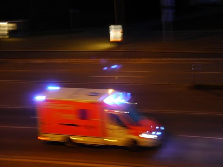 FW-BOT: Schwerer Arbeitsunfall, Mann unter LKW eingeklemmt
