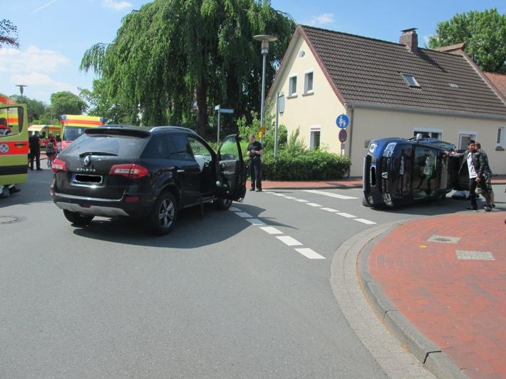 POL-OL: ++Verkehrsunfall mit drei leichtverletzten Personen - PKW kippt auf die Seite++
