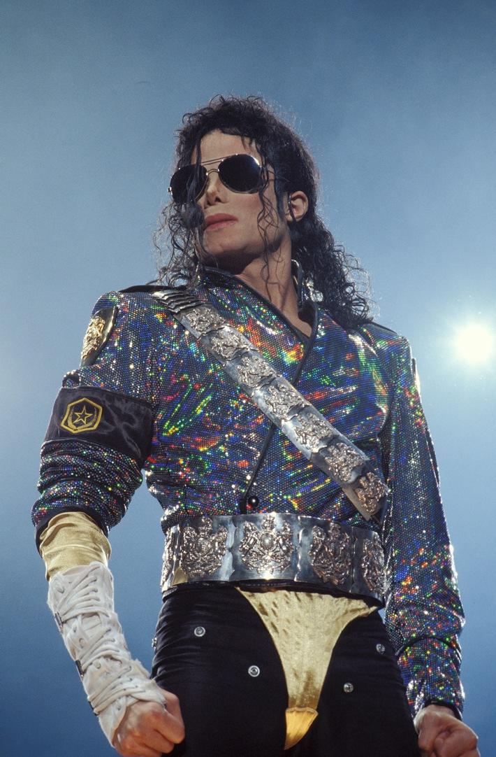 "Frankreich - 16.9.1992: Michael Jackson während seines Konzerts in Toulouse. Bildmotiv zu ""Der letzte Tag von ... Michael Jackson"" (Copyright: Gilles BOUQUILLON/Gamma-Rapho via Getty Images, © A&E Phoctocredit Mandatory, Editorial Use Only, NO archive, NO Resale). Weiterer Text über ots und www.presseportal.de/nr/113947 /"