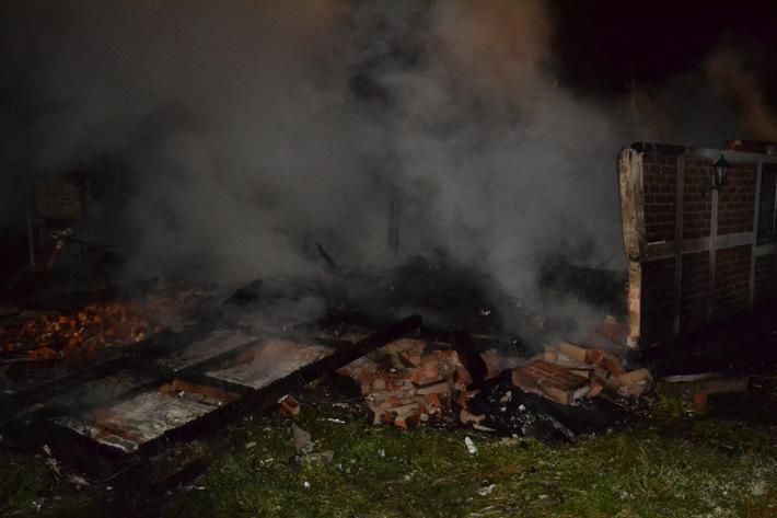 POL-STD: Reetdachhaus in Dornbuschermoor Raub der Flammen geworden - Keine Personen verletzt - Ca. 80.000 Euro Schaden