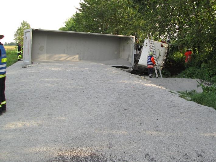 POL-WOB: Lkw kommt von Fahrbahn ab - Fahrer schwer verletzt