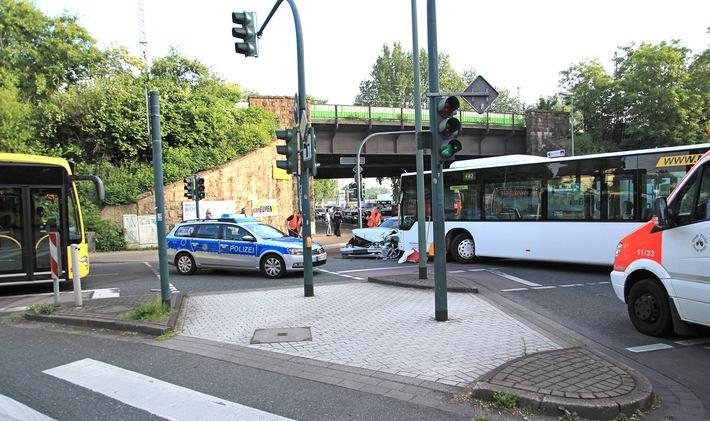 FW-E: Verkehrsunfall in Essen-Kray, PKW kollidiert mit Linienbus, Fahrer des PKW verletzt