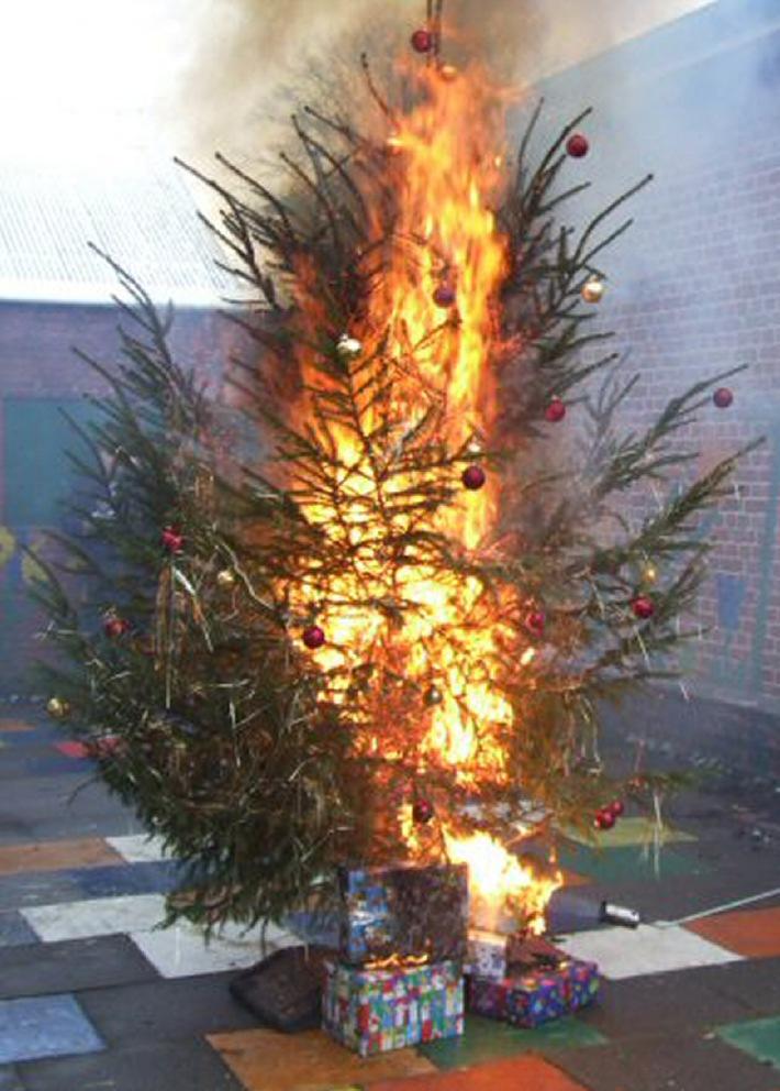 Wenn der Tannenbaum brennt, muss man schnellstmöglich die Feuerwehr über den bundesweit einheitlichen Notruf 112 alarmieren. Foto: Holger Bauer/DFV