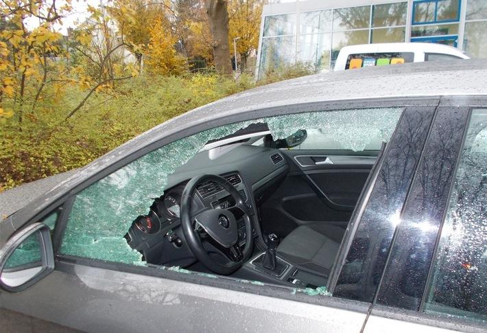 Häufig schlagen Autoknacker eine Seitenscheibe ein, um an die im Fahrzeug liegenden Wertsachen zu gelangen. So auch Samstag an diesem an der Kampa-Halle abgestellten VW Golf.