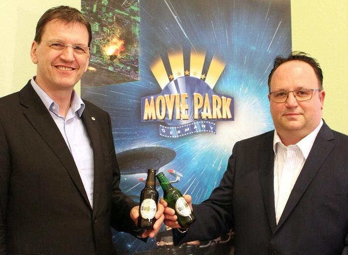 Matthias Kunz, Nationaler Verkaufsdirektor für Finanzierungs- und Keyaccountmanagement Hotellerie und Gastronomie der Warsteiner Brauerei und Jörg Pannenberg, Food & Beverage Direktor des Movie Parks (von links)