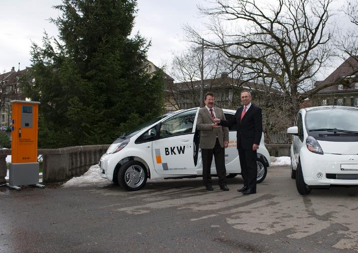 Bernd Hoch, Geschäftsführer Mitsubishi Motors Automobile Schweiz AG, rechts, übergibt die Schlüssel des i-MiEV an Kurt Rohrbach, Vorsitzender der Geschäftsleitung BKW FMB Energie AG