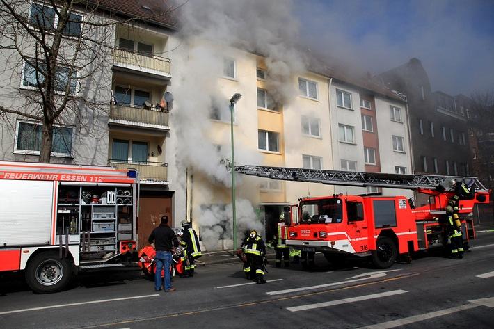 FW-E: Kellerbrand in Essen-Altenessen, Mutter und Tochter mit Verdacht auf Rauchvergiftung in Krankenhaus