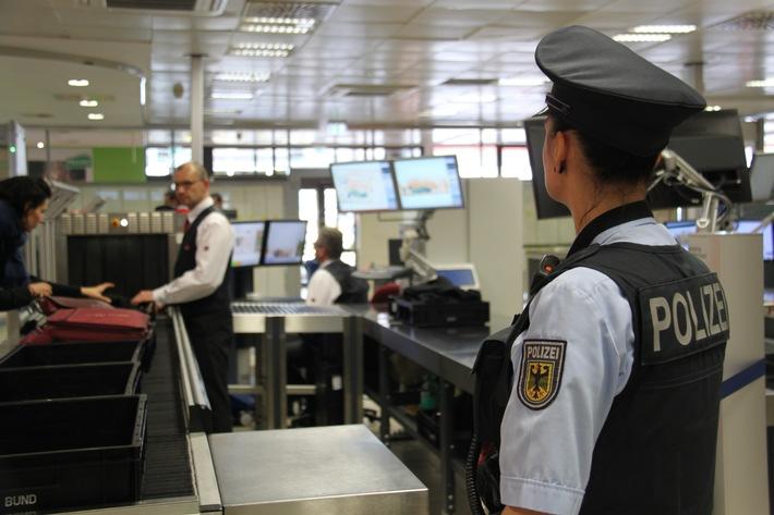 Um Verzögerungen bei der Luftsicherheitskontrolle am Flughafen zu vermeiden, empfiehlt die Bundespolizei, dass Sie sich bereits vorher über die Mitnahmebedingungen von Handgepäck informieren.