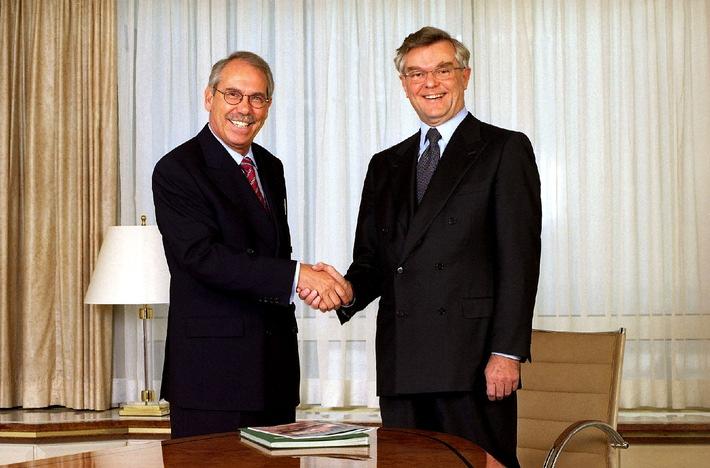 """Prof. Dr.-Ing. Gerhard Zeidler (rechts), Vorsitzender des Vorstandes des DEKRA e.V. und ab 1.März 2002 Vorsitzender des Aufsichtsrates der DEKRA AG. Prof. Dr.-Ing. Uwe Loos (links) wird zum gleichen Zeitpunkt Vorsitzender des Vorstandes der DEKRA AG.Die Verwendung dieses Bildes ist für redaktionelle Zwecke honorarfrei. Abdruck bitte unter Quellenangabe: """"obs/DEKRA"""""""