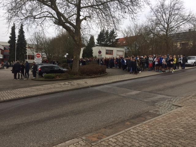 Foto der evakuierten Schüler