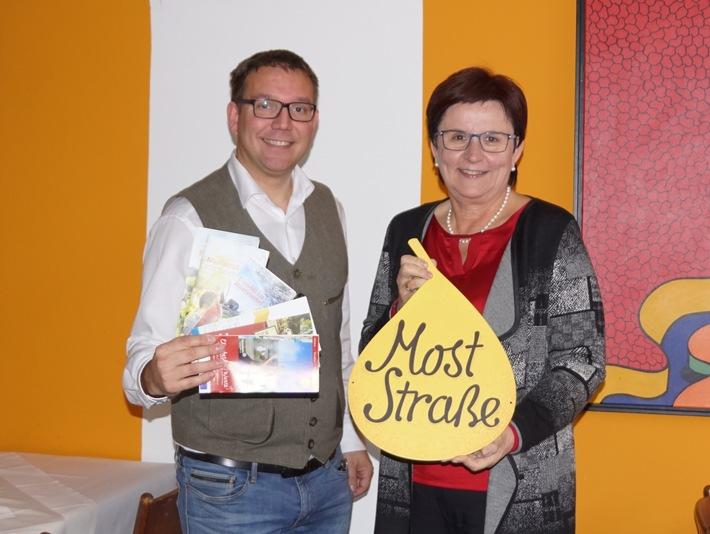 Christian Haberhauer, Moststraße-Geschäftsführer, und LAbg. Bgm. Michaela Hinterholzer, Moststraße-Obfrau