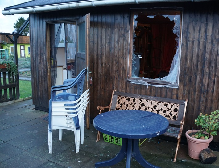 An dieser Hütte auf dem Kleingartengelände wurde eine Fensterscheibe eingeschlagen.