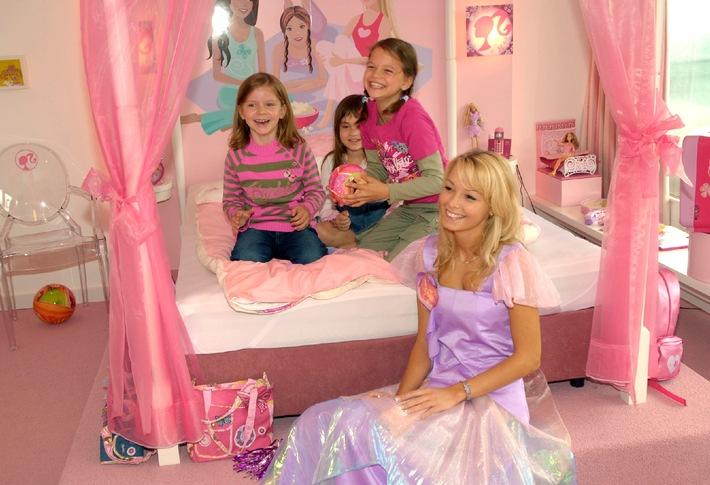 """Einmal wohnen wie Barbie - ein Traum, der sich ab sofort an der Ostsee verwirklichen lässt. Im Maritim ClubHotel am Timmendorfer Strand eröffnete dieses Wochenende das erste Barbie Hotelzimmer in Deutschland. Eine würdige Stellvertreterin fand Barbie in der amtierenden Vize Miss-Germany 2007, Juliane Brändle, die als Auszubildende im Maritim Hotel Halle angestellt ist und nun als lebende Barbie """"ihr"""" Zimmer präsentierte. Weiterer Text über ots und www.presseportal.de - Die Verwendung dieses Bildes ist für redaktionelle Zwecke honorarfrei. Abdruck bitte unter Quellenangabe: """"obs/Mattel GmbH"""""""