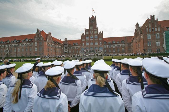 Vereidigung und feierliches Gelöbnis der Offizieranwärter an der Marineschule Mürwik.