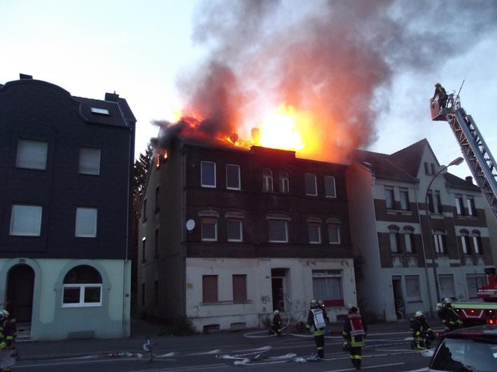 Flammen schlagen aus dem Dach des Hauses an der Provinzialstraße