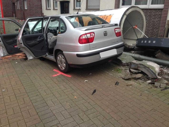 Die Fahrerin wurde durch die Feuerwehr aus dem Fahrzeug gerettet.