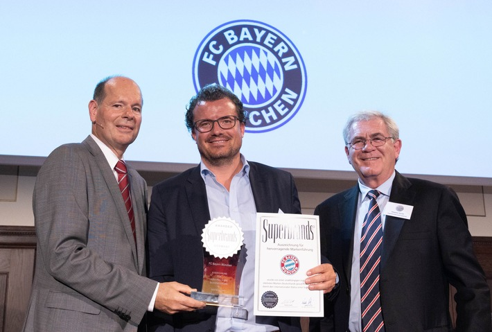 "Philipp Mokrohs, Leiter Markenstrategie und Markenführung beim FC Bayern München, bekommt die ""Superbrands Germany"" Auszeichnung von Norbert Lux/Superbrands Germany (links) und Stephen Smith/Superbrands International (rechts) überreicht. Foto: dpa Picture Alliance/Fotograf Peter-Paul Weiler. Weiterer Text über ots und www.presseportal.de/nr/53015"