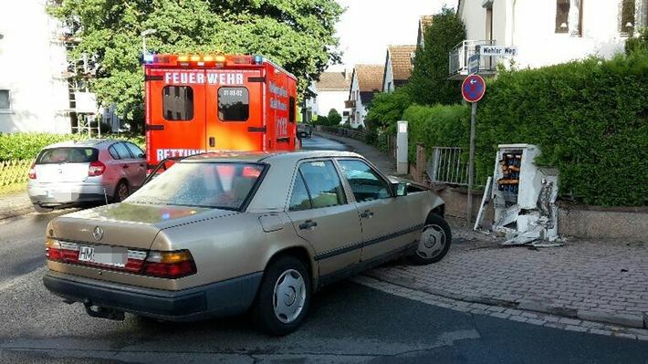 POL-HM: Stromausfall nach Verkehrsunfall - Mercedes prallt gegen Stromverteilerkasten - Fahrer alkoholisiert