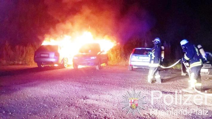 POL-PPTR: Verdacht der Brandstiftung - Zwei Pkw brennen aus