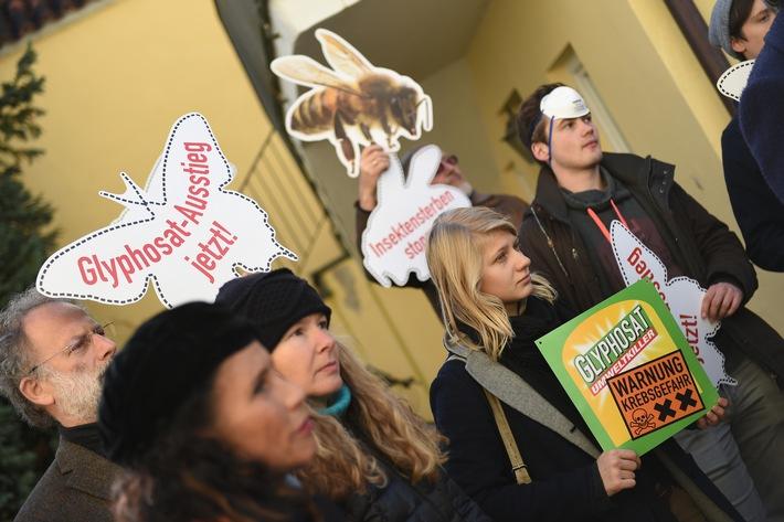 2017 protestieren Campact-Aktive vor fast 100 Wahlkreisbros der CDU und CSU gegen das Pestizid Glyphosat - hier in Landhut / Weiterer Text ber ots und www.presseportal.de/nr/64126 / Die Verwendung dieses Bildes ist fr redaktionelle Zwecke honorarfrei. Verffentlichung bitte unter Quellenangabe: