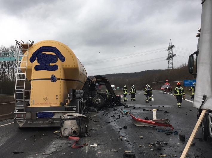 POL-GÖ: (119) Nachtrag zur Meldung 118: Autobahn 7 - Sperrung der Richtungsfahrbahn Hannover dauert weiter an, Verkehr wird in Nörten abgeleitet; Lkw-Fahrer schwer, aber nicht lebensgefährlich verletzt