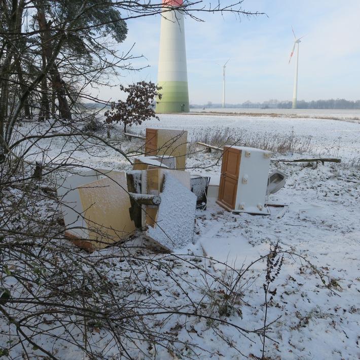 POL-DEL: Landkreis Oldenburg: Küchenmobiliar in Wardenburg entsorgt +++ Zeugen gesucht