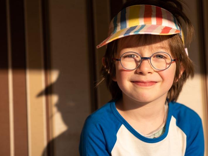 UV-Schutz ist vor allem für Kinderaugen wichtig, da ihre Augenlinsen mehr an schädigender UV-Strahlung durchlassen als die von Erwachsenen. Weiterer Text über ots und www.presseportal.de/nr/105685 / Die Verwendung dieses Bildes ist für redaktionelle Zwecke honorarfrei. Veröffentlichung bitte unter Quellenangabe: