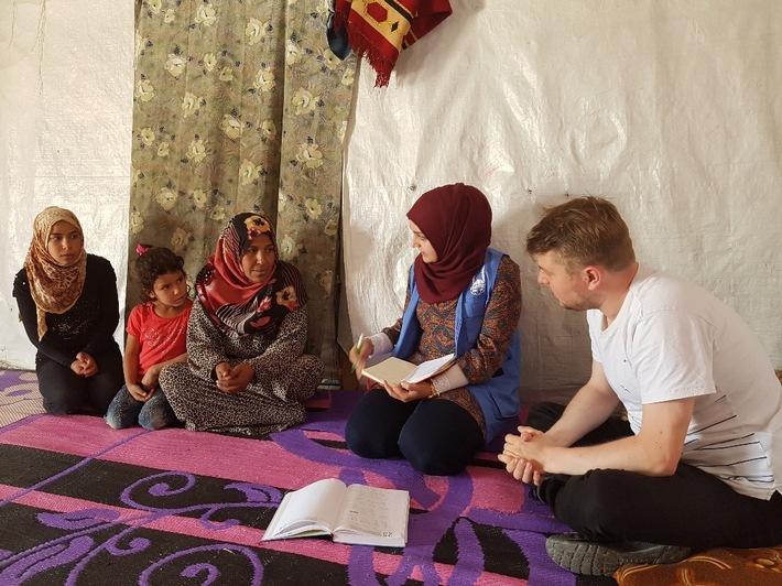 Karsten Kaminski spricht im Libanon mit einer geflüchteten Familie über ihre Erlebnisse. Quelle: Islamic Relief Deutschland