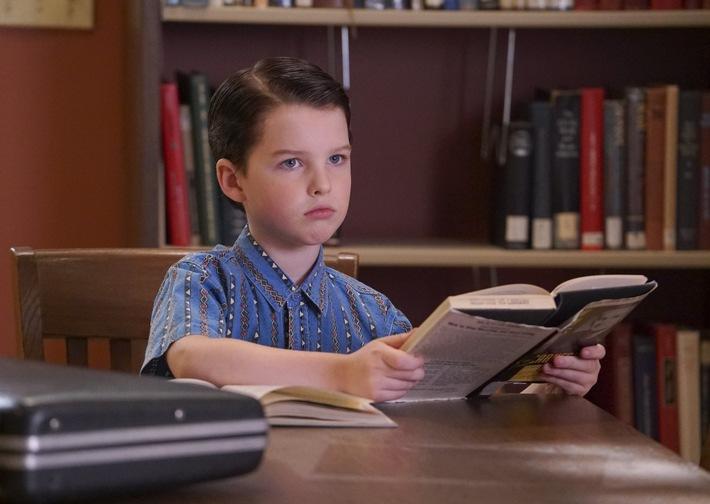 """Weil sich seine Mutter Sorgen um den Einzelgänger macht, will Sheldon (Iain Armitage) mit Hilfe eines Ratgebers Freunde finden. Mit sensationellen 25,7 Prozent Marktanteil (E 14-49) startete der neue US-Serien-Hit """"Young Sheldon"""" am vergangenen Montag auf ProSieben. Am 15. Januar 2018, um 20:45 Uhr, zeigt der Sender eine weitere Episode aus dem Leben des jungen Super-Nerds Sheldon Cooper (Iain Armitage) - direkt nach einer neuen Folge """"The Big Bang Theory"""" (20:15 Uhr). Basis: alle Fernsehhaushalte Deutschlands (integriertes Fernsehpanel D + EU) / Quelle: AGF/GfK-Fernsehforschung / TV Scope / ProSiebenSat.1 TV Deutschland Audience Research / Erstellt: 11.01.2018 (vorläufig gewichtet: 08.01.2018) / Copyright: (c) Warner Bros. / Dieses Bild darf bis 15. Januar 2018 honorarfrei fuer redaktionelle Zwecke und nur im Rahmen der Programmankuendigung verwendet werden. Spaetere Veroeffentlichungen sind nur nach Ruecksprache und ausdruecklicher Genehmigung der ProSiebenSat1 TV Deutschland GmbH moeglich. Verwendung nur mit vollstaendigem Copyrightvermerk. Das Foto darf nicht veraendert, bearbeitet und nur im Ganzen verwendet werden. Nicht für EPG, Twitter, Facebook, ect.! Es darf nicht archiviert werden. Es darf nicht an Dritte weitergeleitet werden. Bei Fragen: 089/9507-7299. Voraussetzung fuer die Verwendung dieser Programmdaten ist die Zustimmung zu den Allgemeinen Geschaeftsbedingungen der Presselounges der Sender der ProSiebenSat.1 Media AG."""
