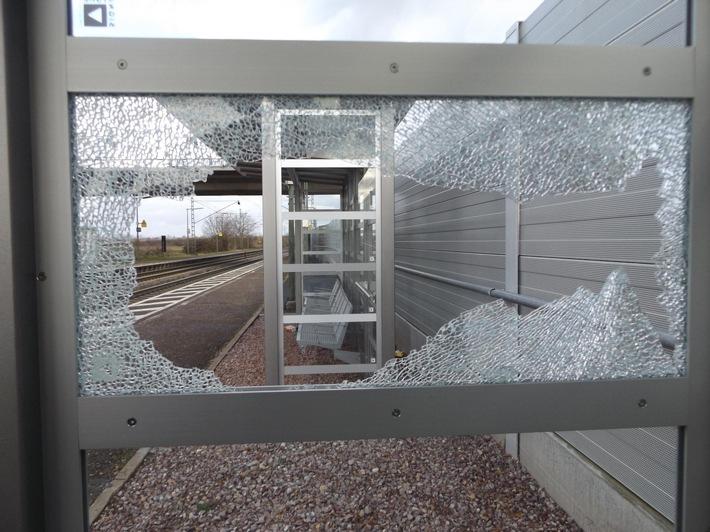 beschädigtes Wartehäuschen auf dem Bahnsteig Gleis 2 im Bahnhof Ringsheim